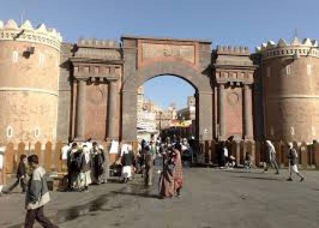 شاهد:فيديو صادم لشابين وهما يعتديان بالضرب المبرح على أمهما في العاصمة صنعاء