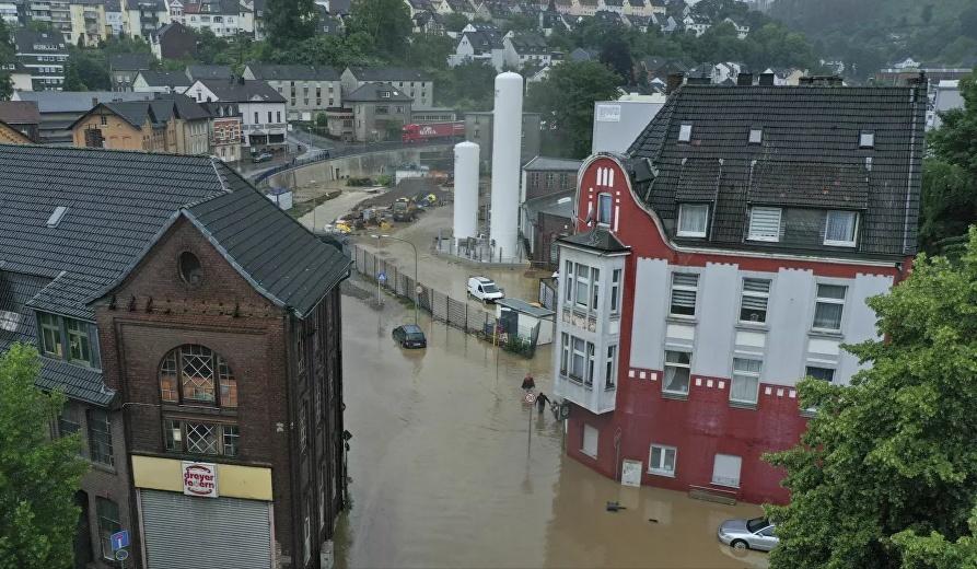 شاهد..تسريب فيديو يطيح بمذيعة تلفزيونية بعد فضيحة أثناء تغطيتها لفيضان